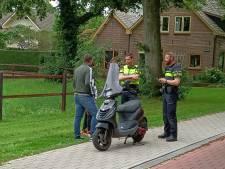 Jongens schrikken op van scooter die al rijdend in brand vliegt in Doetinchem