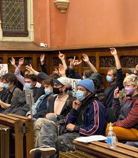 Pandemisten voeren actie met vinger in de lucht in gemeenteraad, maar worden buitengegooid