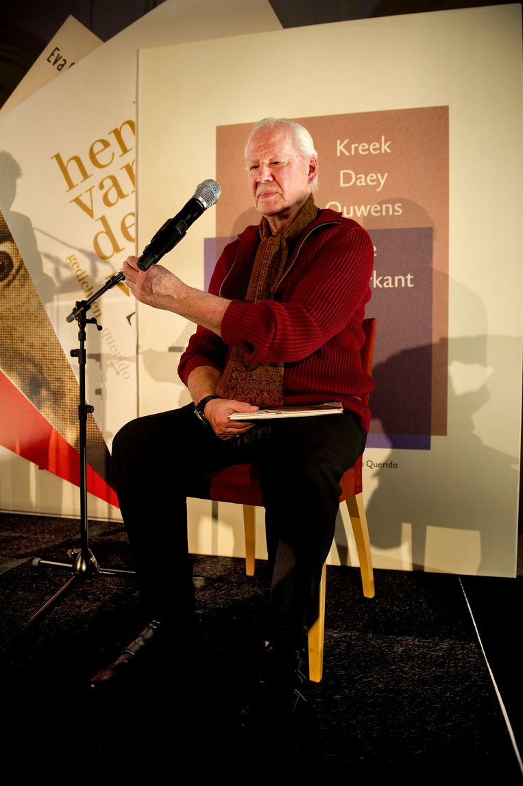 Armando ontvangt in het Stadhuis in Utrecht de VSB Poezieprijs 2011. Beeld  ANP