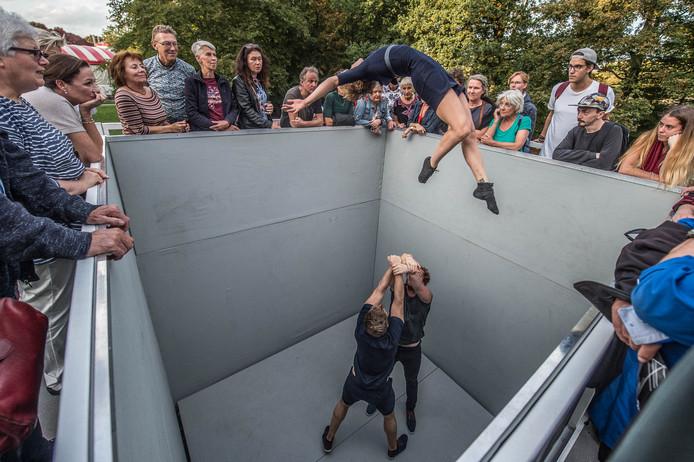 Nieuw dit jaar: een voorstelling in een 'pit', bezoekers kijken van bovenaf.