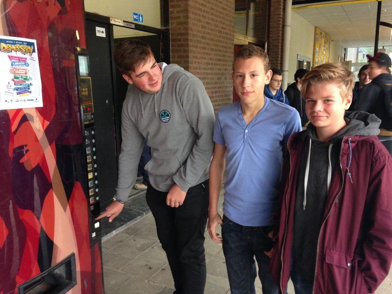 Millo Gewyn, Siebe Janssens en Jeff Beylemans drinken graag af en toe frisdrank in de school.