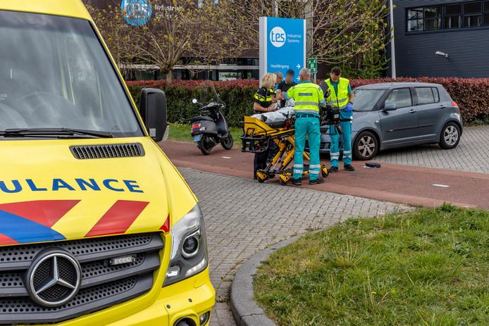 Het ambulancepersoneel doet zijn werk.