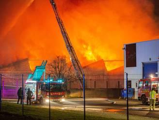 Inferno legt minstens twee bedrijven in de as in Sint-Pieters-Leeuw, asbest vrijgekomen bij de brand