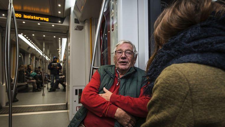 Guus Prinse (74, niet in het artikel) is een van de zestien senioren die met onbekenden praten tijdens een metrorit. Beeld Dingena Mol