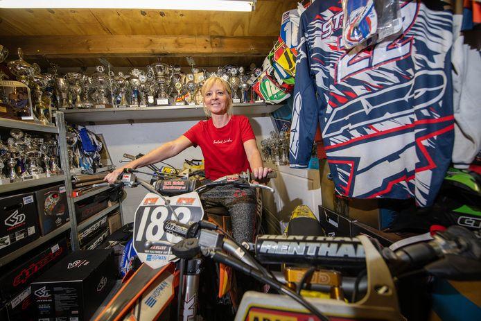 Thea van der Vlist op een van de motoren waarop Freek Nederlands kampioen werd. Vanwege een verhuizing zijn veel bekers weggedaan, maar de prijzenkast van Shana en Freek is nog steeds goed gevuld.