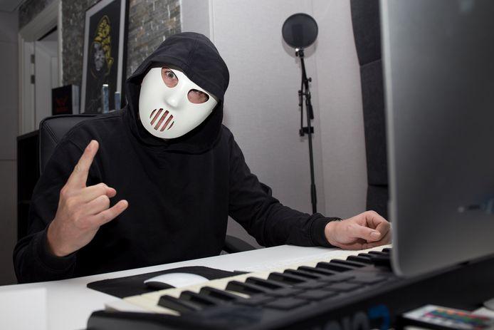 Angerfist bij hem thuis in de studio.