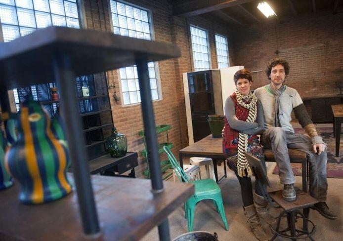 Het echtpaar Lida Posthumus en Maarten Groeneveld opent zaterdag hun meubelwinkel aan de papiermakerstraat in Putten. De meubelen worden in India gemaakt. foto Ruben Schipper