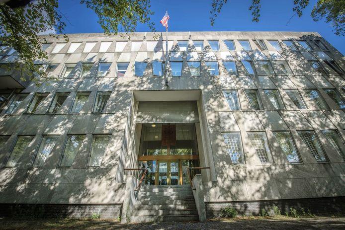 Plannen om het Escher Museum naar de voormalige Amerikaanse ambassade te verhuizen liggen stil. VVD-raadslid Det Regts vroeg ernaar, maar is zelf ook bestuurslid van de Stichting Vrienden van het Escher Museum. 'Belangenverstrengeling', zo mopperen collega-raadsleden.