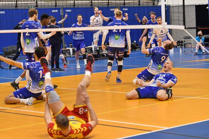 Dynamo-speler Freek de Weijer (voorgrond) ligt op zijn rug, nadat Lycurgus het beslissende punt heeft gemaakt. De beker blijft in Groningen.