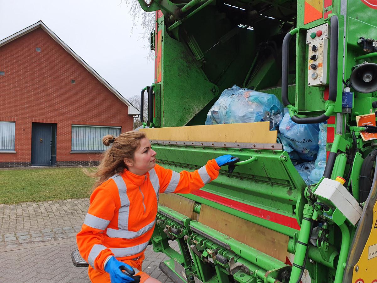 In de nieuwe blauwe zak mag alles van plastic gestoken worden behalve dan harde plastic zoals bijvoorbeeld kapotte emmers en speelgoed.  Annelien Jacobs uit Gierle merkte toch al een verschil bij de eerste ophaalronde.
