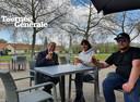 Zus Ouwerkerk, Alexandra Ershov en Rik Ouwerkerk klinken op 8 mei en de al gedeeltelijke opening van hun extra horecazaak Het Vagebontje.