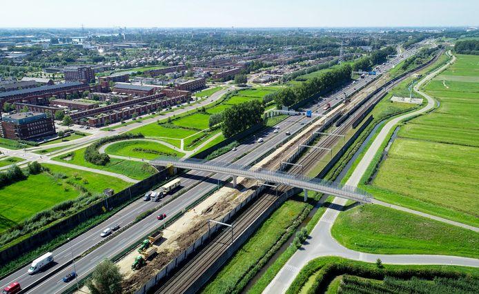 Beide rijrichtingen van de A15 tussen Papendrecht en Gorinchem krijgen er een rijstrook bij om de doorstroming te verbeteren. Minister Cora van Nieuwenhuizen trekt er 375 miljoen euro extra voor uit.