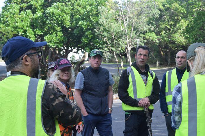 Laurent Hayez, vader van de vermiste Theo, kamt samen met vrijwilligers een bushgebied uit.