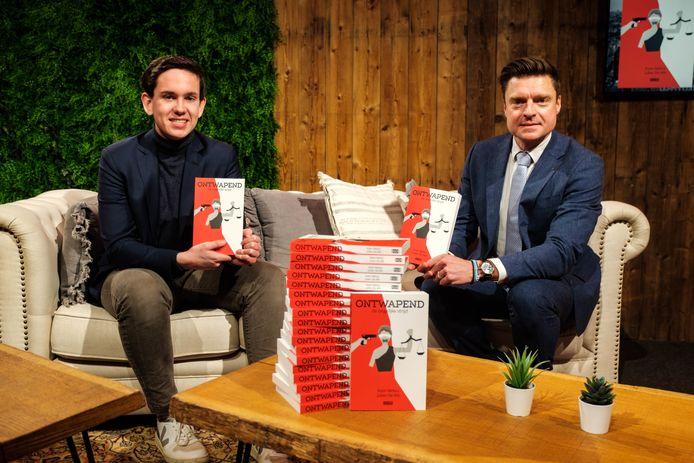 Julien De Wit en Koen Metsu stellen hun eerste boek Ontwapend voor.