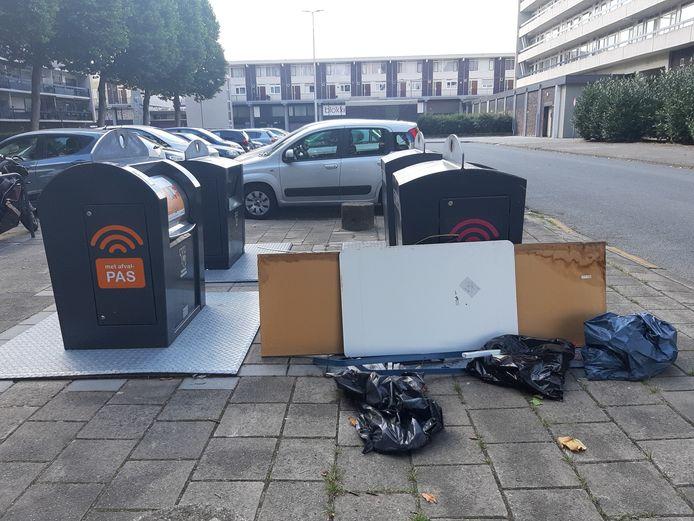 Afval en grofvuil naast een container in de Arnhemse wijk Presikhaaf. Vanaf deze zomer, als de containers van het slot gaan en een milieukar naar de wijken gaat, moet het afgelopen zijn met die rotzooi op straat.