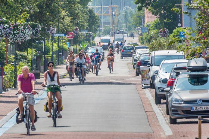 Toeristen fietsen door Kamperland.