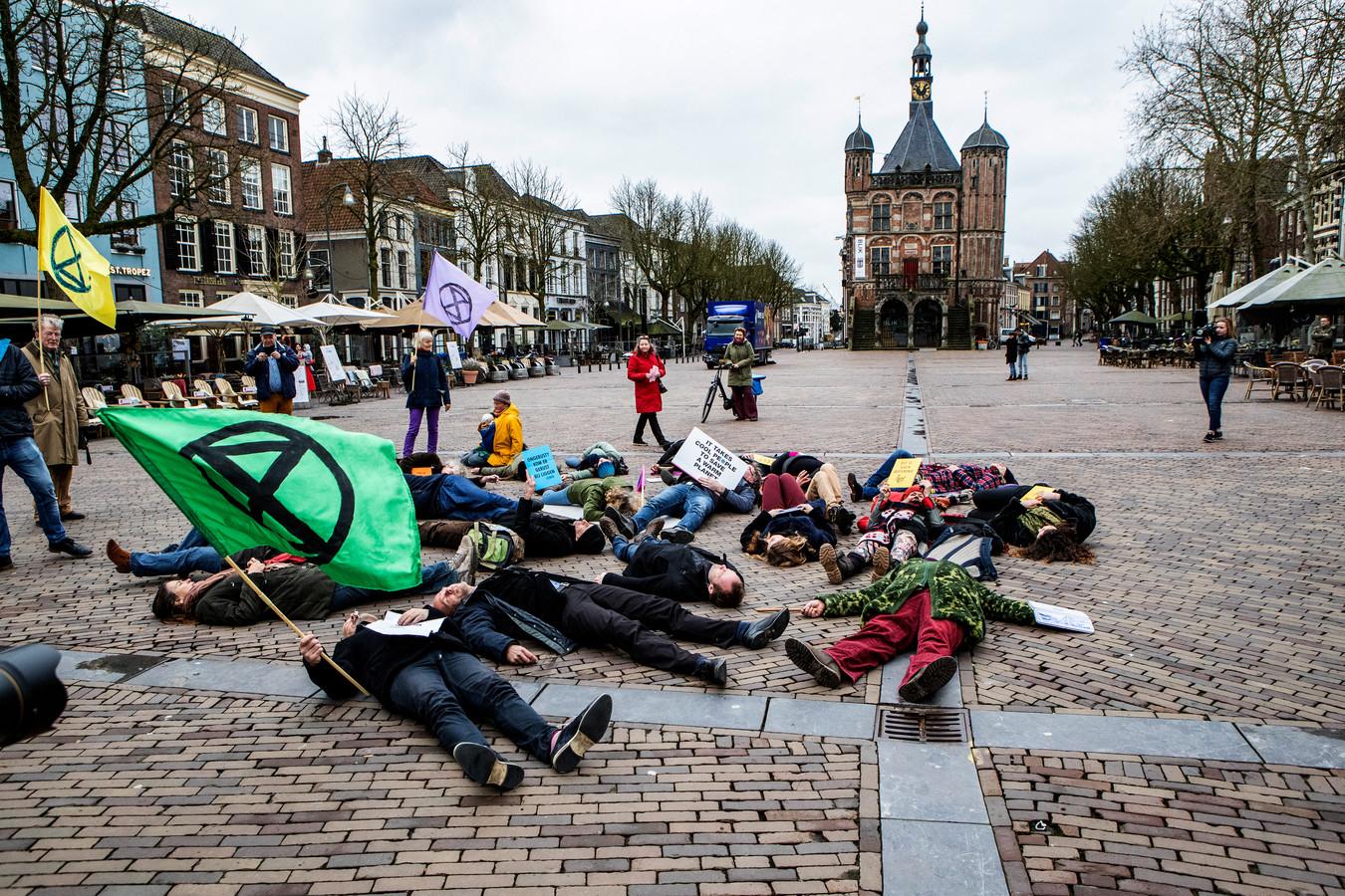 Veel volk is er niet rond het middaguur op de Brink in Deventer. Maar het tijdstip is welbewust gekozen: tijdens het test-luchtalarm.