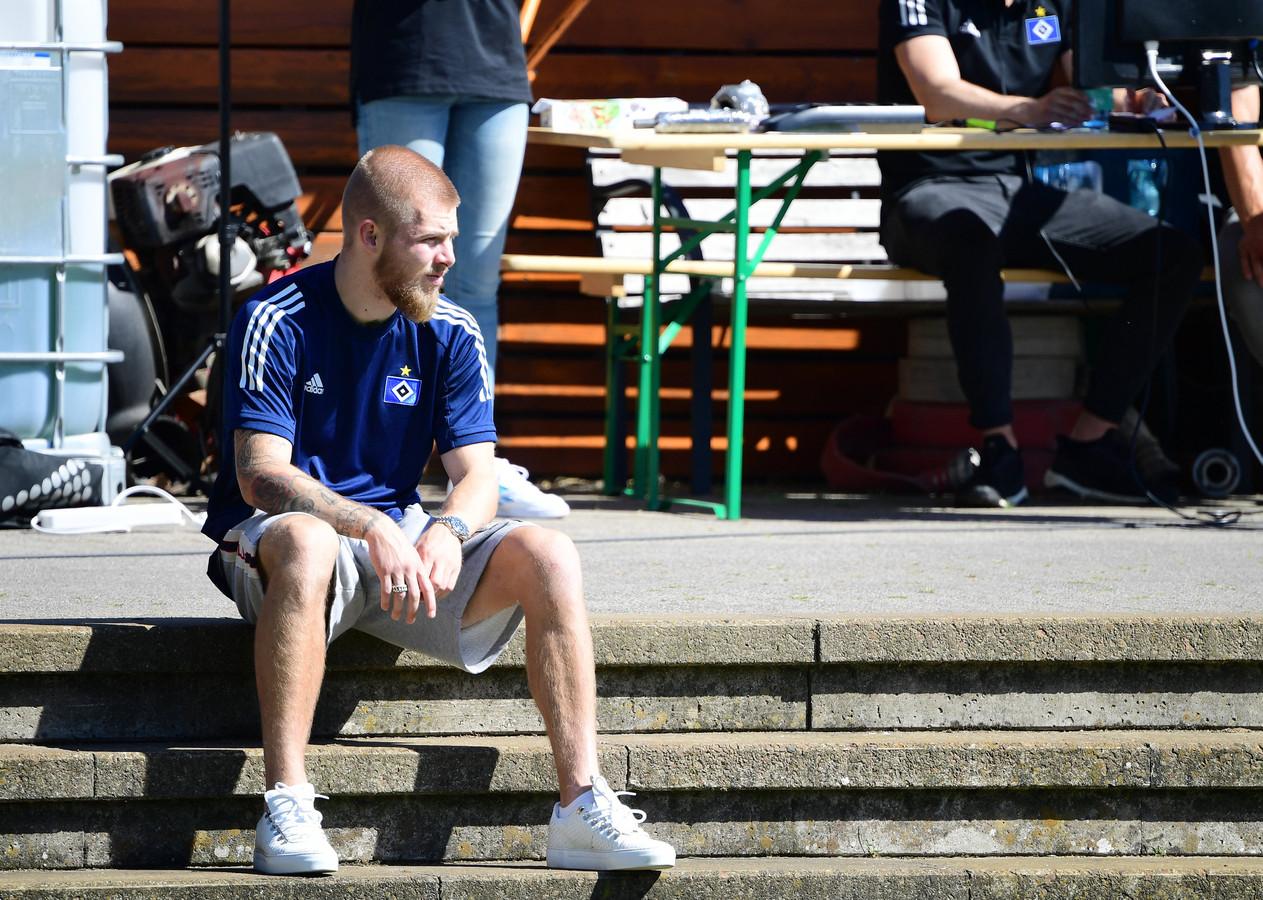 Rick van Drongelen moet, kort na zijn rentree, voorlopig weer even toekijken bij HSV.
