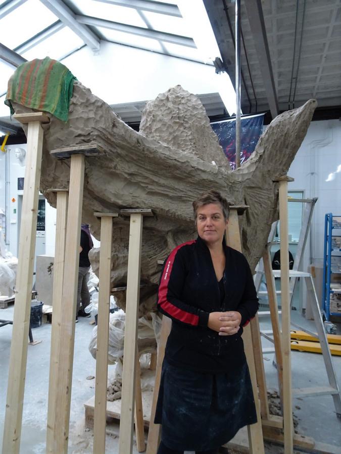 Kunstenares Anne Wenzel werkt aan de vogel voor het Anne Frankplein in Den Bosch
