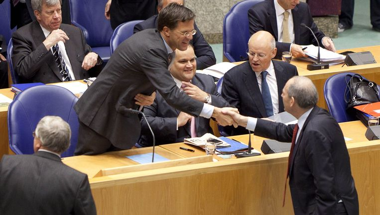 Rutte (VVD) schudt de hand van Cohen (PvdA) Beeld anp