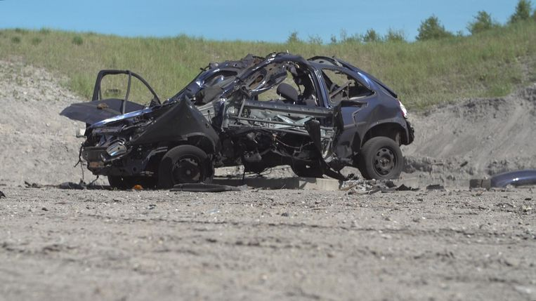 Het verwrongen karkas van een vergelijkbare Opel Corsa. Beeld Politie Amsterdam