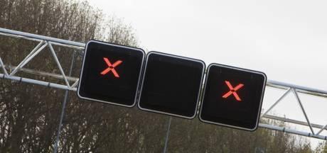 Fiets valt op A50 en zorgt voor schade aan passerende auto's