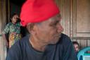 Fotograaf Ton Toemen uit Tilburg toont in de IKAT-tentoonstelling met straatbeelden de actuele ontwikkelingen op de Molukken. Op de foto Nuaulu-stamhoofd Sonohue Matoke op Ceram.