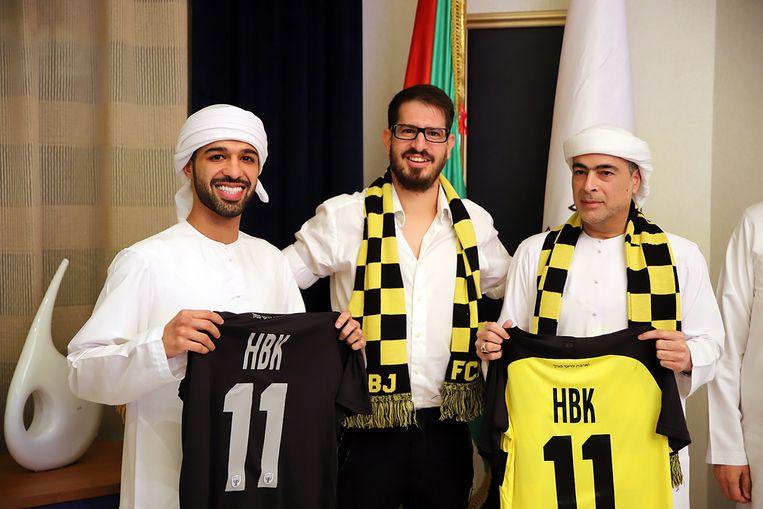 Voetbalclubeigenaar Moshe Hogeg (midden), Sjeik Hamad bin Khalifa Al Nahyan (rechts) en zijn zoon Mohamed bin Hamad bin Khalifa (links) Beeld EPA