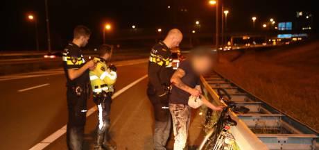 Fotografen halen dronken fietser van A4 bij Rijswijk