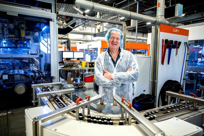 Nils Clement (47) van Euro Caps tussen de machines in een van zijn twee Rotterdamse fabrieken. Dit jaar komt er een derde fabriek, nog groter dan de andere twee, bij.