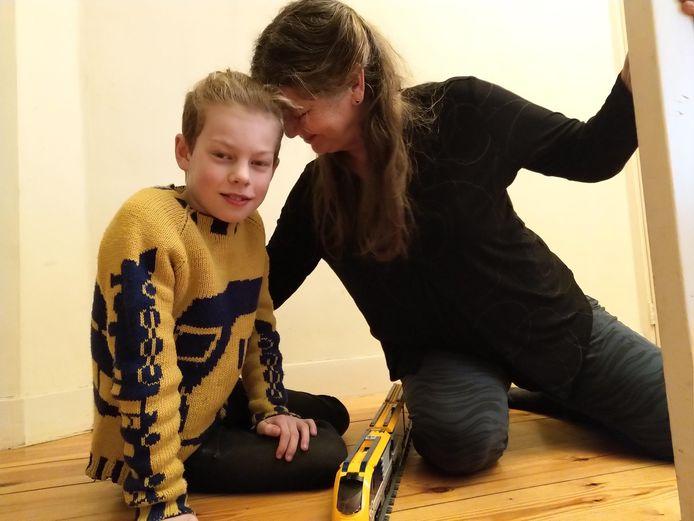 Oma Judith breide een speciale NS-trui voor haar kleinzoon Wolf.