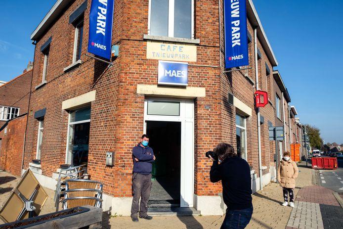 Fotograaf Jo de Groote gaat de Boomse horeca in beeld brengen, meer specifiek wat de impact is van deze coronasluiting. Café Nieuw Park van Joeri Kennes stond als eerste op zijn lijstje.