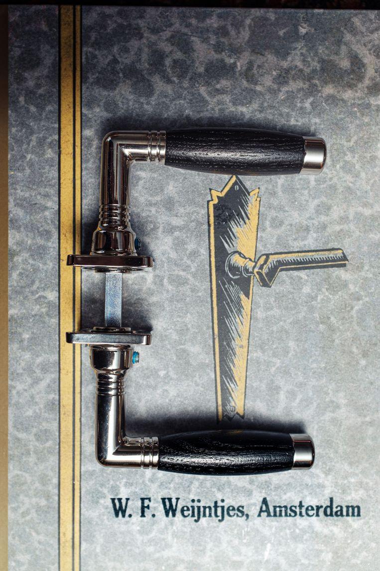 Het Tonmodel, in 1994 opnieuw in productie genomen, is de bestverkochte deurkruk bij Weijntjes.  Beeld Jakob van Vliet