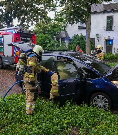 Auto vat al rijdend vlam in Oss, vermoedelijk door technisch mankement