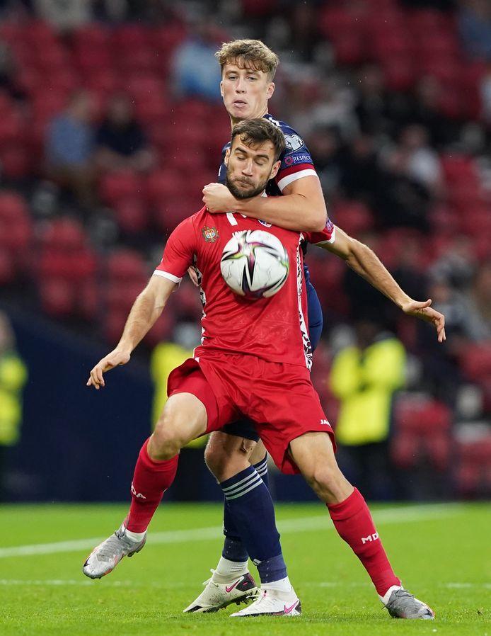 Een actiebeeld uit de WK-kwalificatiematch tussen Schotland en Moldavië: Hendry geeft Ginsari geen duimbreed toe.