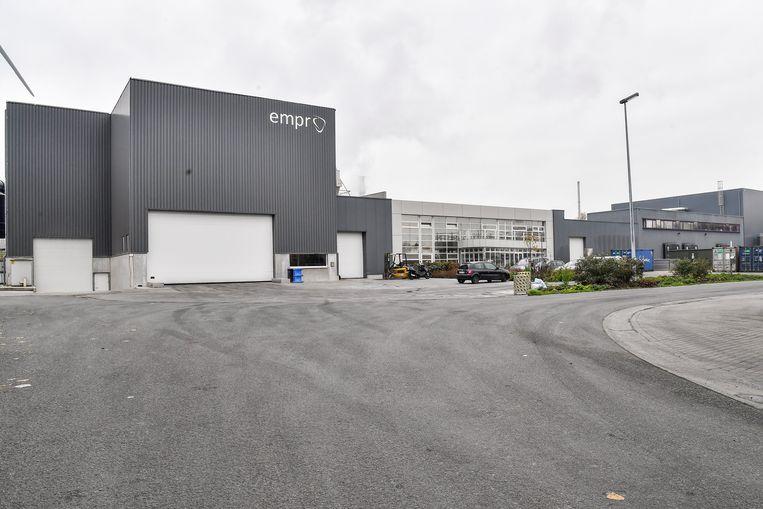 Het bedrijf Empro is op industrieterrein Hoogveld gevestigd en verwerkt daar pluimen van kippen tot een basis van petvoeding en cosmetica.