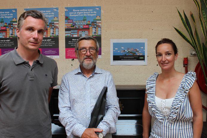 Eugène Goossens krijgt de prijs, toegangskaarten voor Madurodam, overhandigd door initiatiefnemers Tessa en Rolf voor zijn winnende ontwerp.