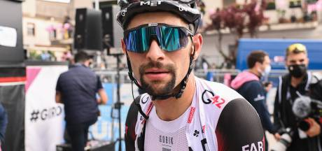 Uniek: Gaviria komt zonder zadel over de finish in massasprint Giro