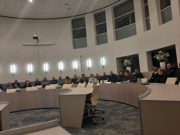 Gerrit Jan van Ochten en Jeroen Balemans, tegenstanders van de komst van een tankstation bij natuurgebied De Zumpe, spreken in tijdens de Doetinchemse raad.