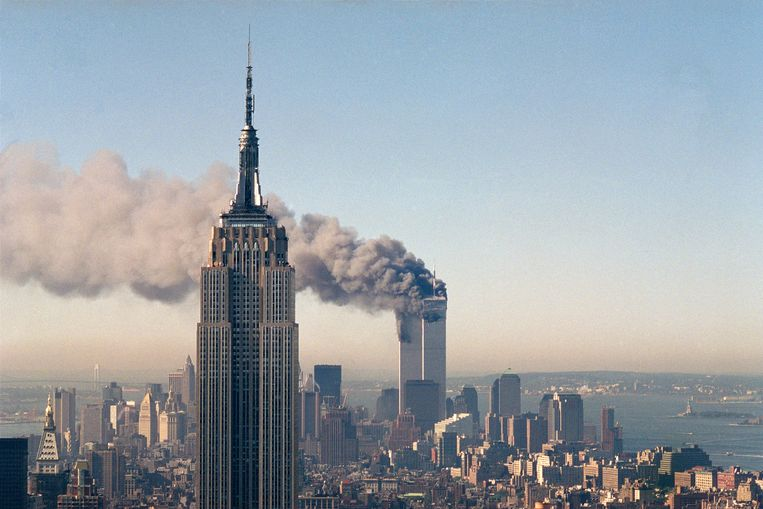 De Twin Towers in brand na de aanslag op dinsdag 11 september 2001.  Beeld AP