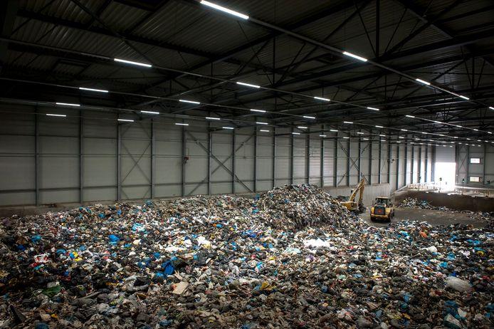 In deze afvalbunker in Amsterdam komt het huishoudelijk afval samen, waarna nascheiding volgt. In de installatie worden o.a. kunststoffen, drankenkartons, metalen en organische fractie van elkaar gescheiden met behulp van zeven, magneten en infraroodscheiders.
