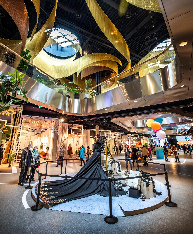Erg druk is het nog niet op de openingsdag van The Mall of the Netherlands; winkelen mag immers alleen op afspraak.  Beeld Raymond Rutting / de Volkskrant