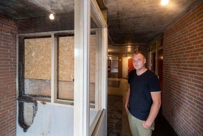 Voorzitter Berry Onderstal van de bewonerscommissie van de Riemsdijkstraatflat in Wageningen. Bijna twee maanden na de brand. Bewoners voelen zich onveilig en zijn kwaad op verhuurder de Woningstichting.