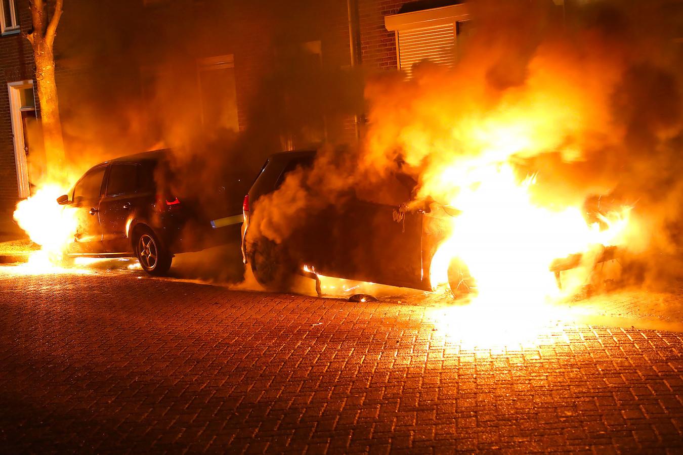 Auto's verwoest door brand in Oss