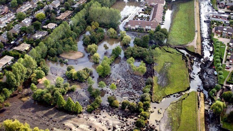 Een luchtfoto van de dijkdoorbraak in Wilnis in 2003, Beeld ANP