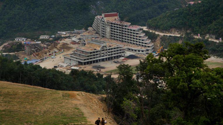Masik Pass, het megalomane skiresort dat in opdracht van Kim Jong-un wordt gebouwd. Op de foto staan twee hotels in aanbouw. Beeld AP