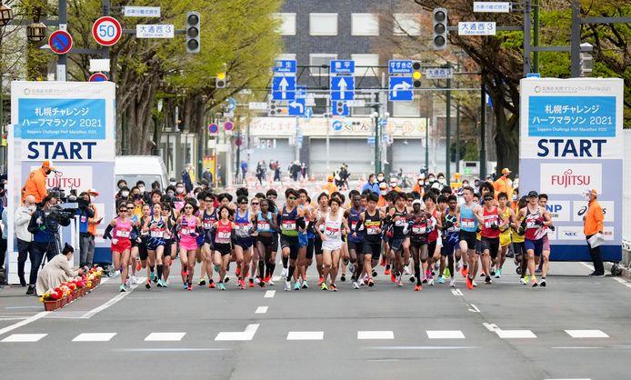 De halve marathon in Sapporo. Rechts in het lichtblauw Bart van Nunen.
