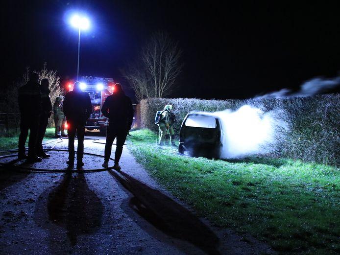 Een auto is volledig uitgebrand in Rhenen.