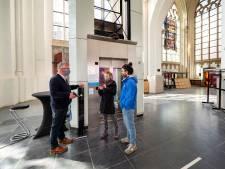 Met een negatieve uitslag eindelijk weer de Arnhemse Eusebiuskerk in: 'Heel bijzonder na vier maanden'