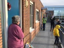 Vriendinnengroep deelt tientallen kerstpakketten uit: 'Sommige mensen schoten vol'
